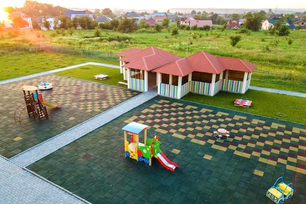 Neue nische im kindergartenspielplatz.
