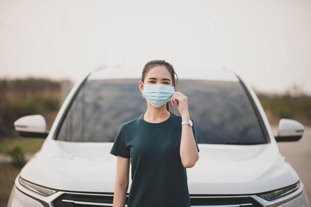 Neue normale menschen tragen medizinische gesichtsmasken überall auf der straße