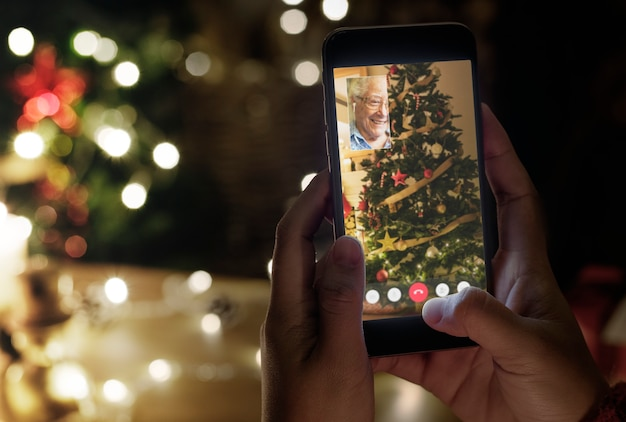 Neue normale weihnachtsfeier mit videoanruf