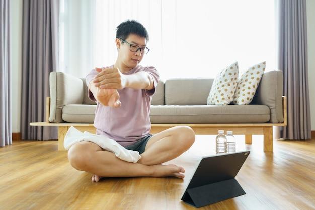 Neue normalität. asiatischer mann, der zu hause trainiert