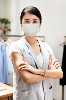 Neue normalität des einzelhandels, mitarbeiter mit maske covid 19