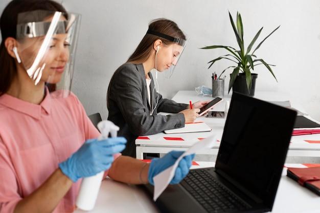 Neue normalität im büro für firmenangestellte