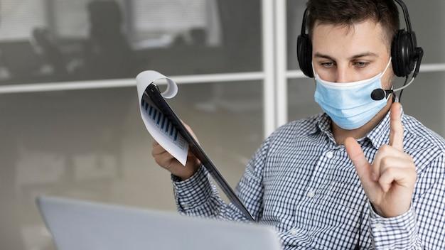 Neue normalität im büro mit gesichtsmaske
