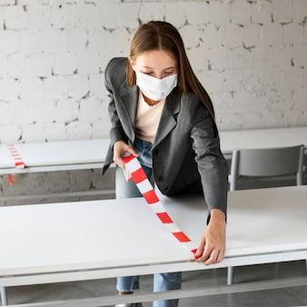 Neue normalität im büro mit sicherheitsmaßnahmen
