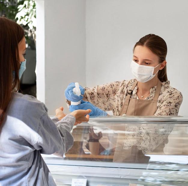 Neue normalität im café mit gesichtsmaske
