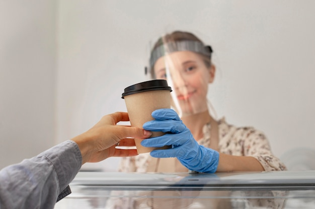 Neue normalität im café mit gesichtsschutz