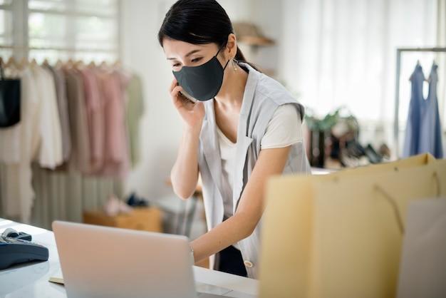 Neue normalität im einzelhandel, mitarbeiter mit maske