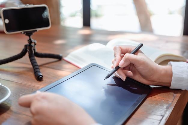 Neue normalität nach corona. online-lernen oder e-learning. bildung jederzeit und social connect zu hause. lebensstil der asiatischen frau während covid.