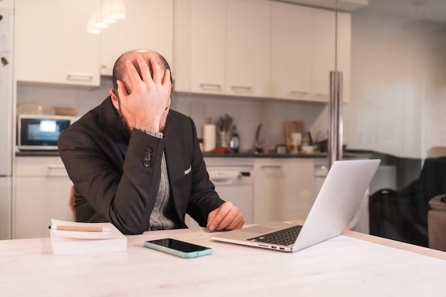 Neue normalitäten während der coronavirus-pandemie, ein geschäftsmann sehr gestresst und überwältigt von den schwierigkeiten der telearbeit