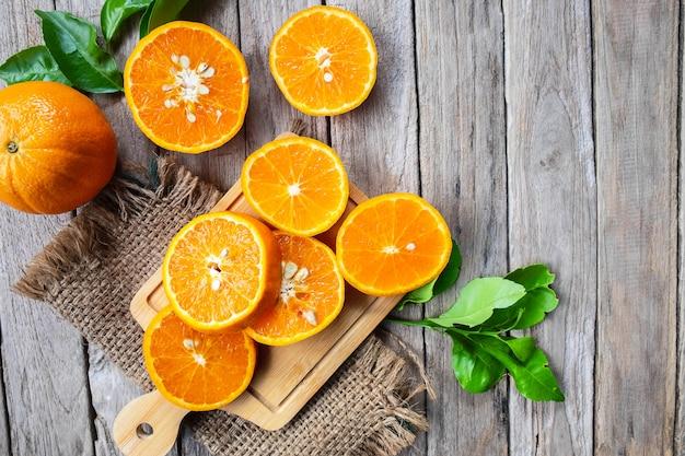 Neue orangenfruchtscheibe auf einem hölzernen