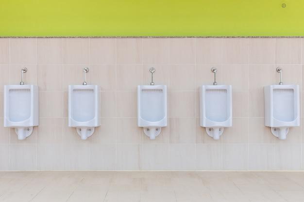 Neue reihe von außenurinalen männer öffentliche toilette