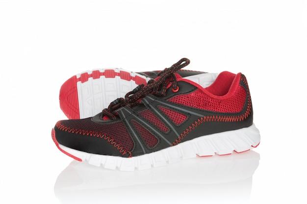 Neue rote und schwarze sportschuhe lokalisiert auf weiß