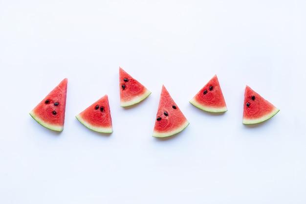 Neue rote wassermelonenscheibe lokalisiert auf weißem hintergrund. platz kopieren
