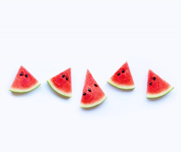 Neue rote wassermelonenscheibe lokalisiert auf weißer oberfläche. kopieren sie platz