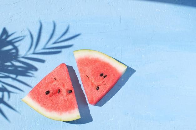 Neue rote wassermelonenscheibe lokalisierte draufsicht des hellblauen hintergrundes