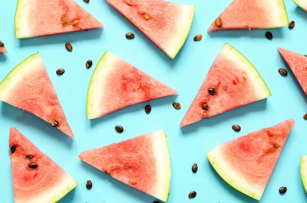 Neue rote wassermelonenscheibe lokalisierter hellblauer hintergrund.