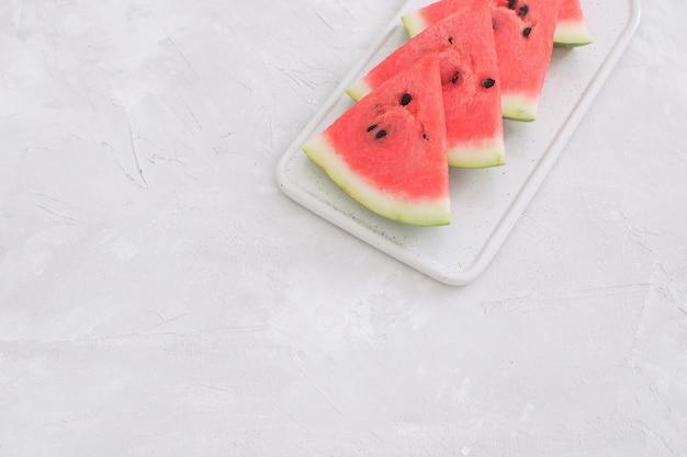Neue rote wassermelonenscheiben lokalisierten weißen hintergrund