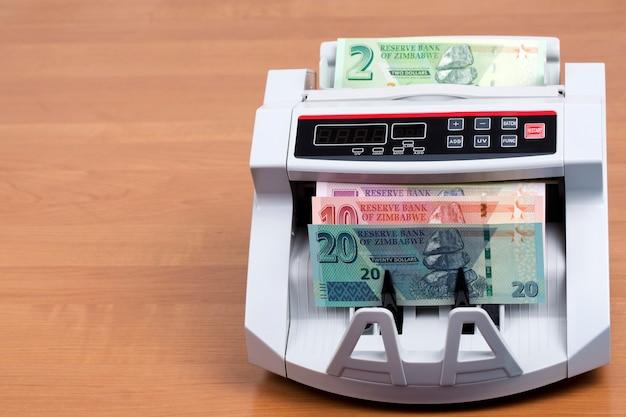 Neue serie simbabwischer banknoten in einer zählmaschine