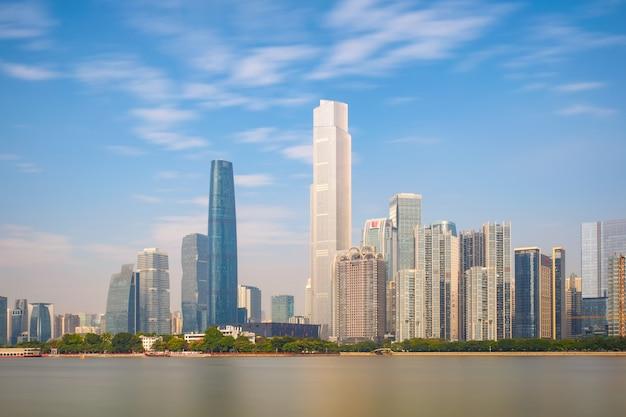 Neue stadt der skyline und der gebäude vom fluss mit moderner stadtmarksteinarchitektur in guangzhou china