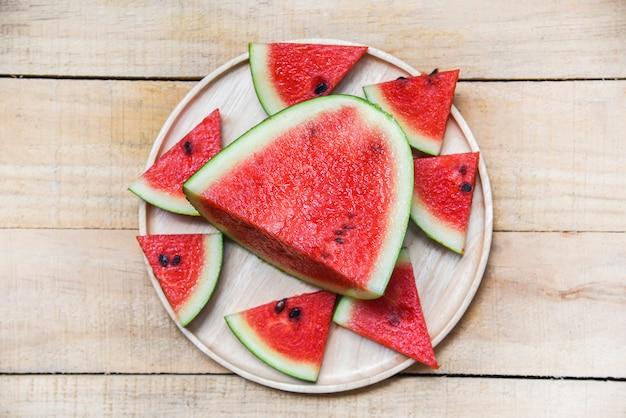 Neue wassermelonenscheibe auf hölzernem behälter