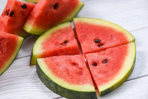 Neue wassermelonenscheiben auf hölzernem