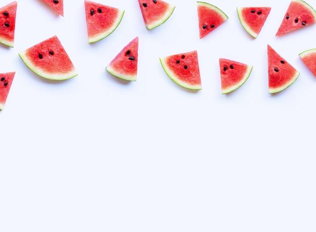Neue wassermelonenscheiben auf weißem hintergrund.