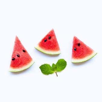 Neue wassermelonenscheiben mit tadellosen blättern auf weißem hintergrund.