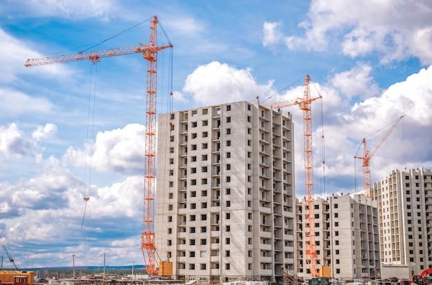 Neue wohnhäuser und industriekrane
