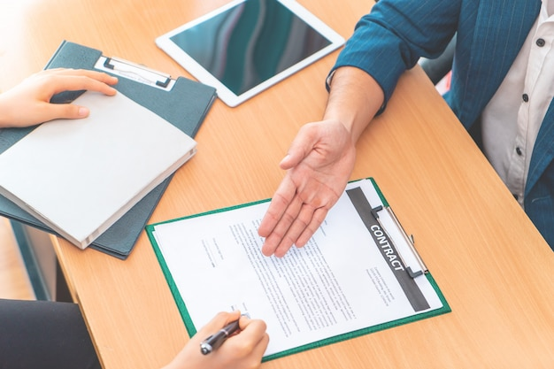 Neuer arbeitgeber wurde eingeladen, nach erfolgreichem vorstellungsgespräch einen arbeitsvertrag zu unterzeichnen
