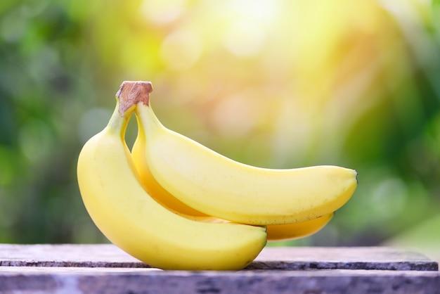 Neuer bananenfruchtsommer auf hölzernem und naturgarten