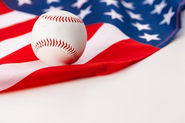 Neuer baseballball auf amerikanischer flagge