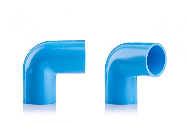 Neuer blauer pvc-verbinder für die wasserleitung lokalisiert auf weiß
