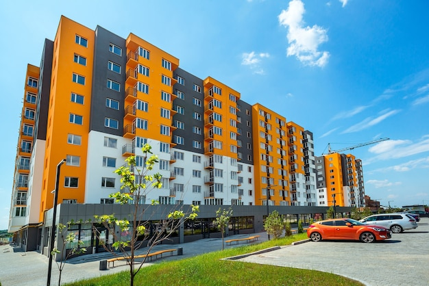 Neuer block moderner wohnungen mit balkonen und blauem himmel im hintergrund