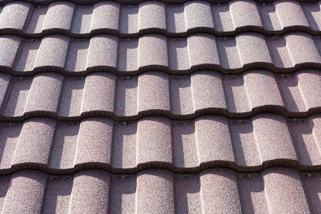 Neuer brauner dachziegelabschluß oben. hintergrundtextur. hoher kontrast