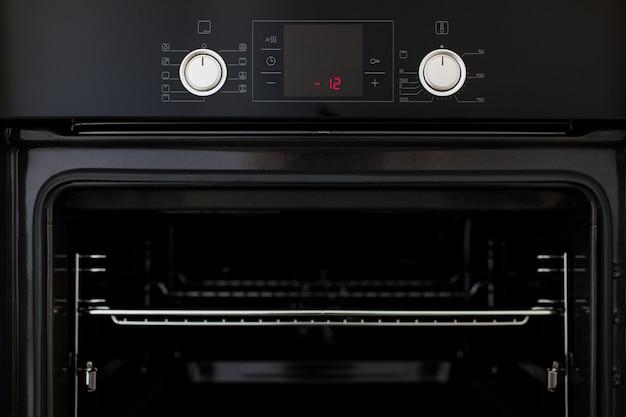 Neuer elektrischer ofen in der küche