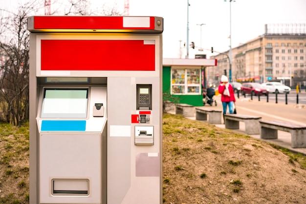 Neuer fahrkartenautomat für bus-tram-trolleybus-u-bahn in der stadt. leerer leerer fahrkartenautomat auf der straße