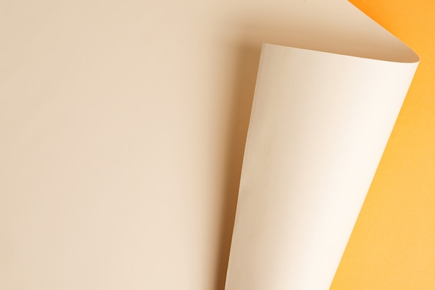 Neuer gebogener hintergrund des duotone-papiers. draufsicht.