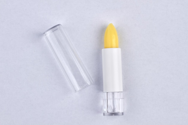 Neuer hygienischer lippenstift isoliert auf weiß. kosmetisches produkt hautnah.