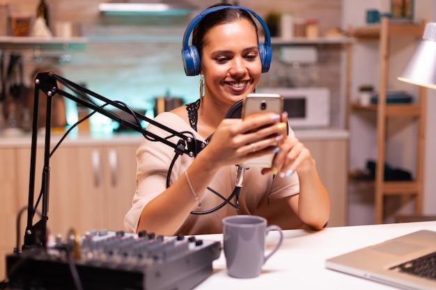 Neuer medienstar mit smartphone im heimstudio und aufnahme von vlog