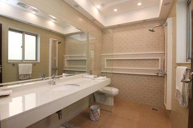Neuer modern gestalteter waschraum