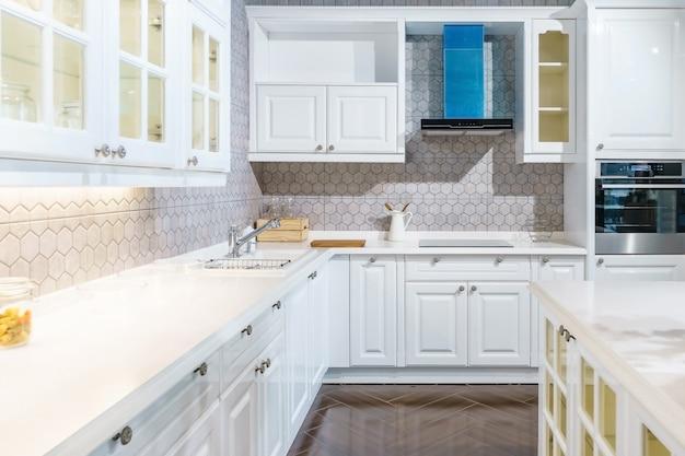 Neuer moderner, heller, sauberer kücheninnenraum mit edelstahlgeräten in einem luxushaus