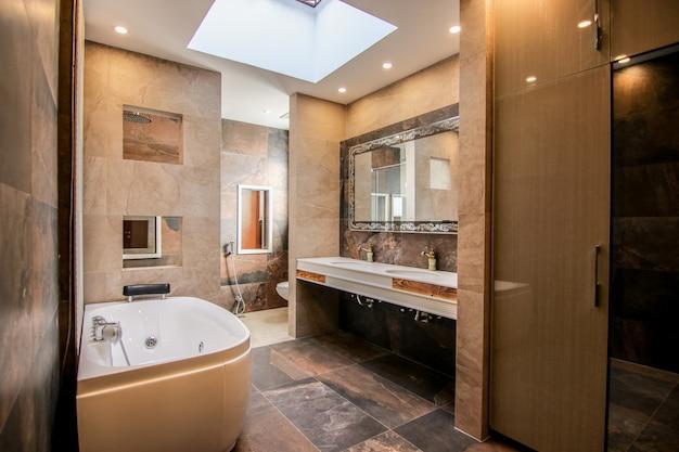 Neuer moderner waschraum mit jacuzzi