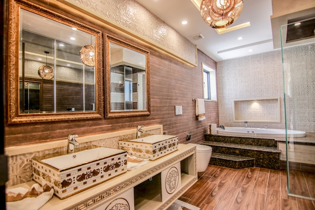 Neuer moderner waschraum
