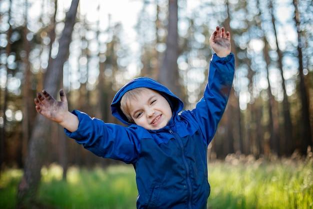 Neuer normaler fluchtschritt, wildes wandern in der natur und erholung mit der familie im freien. kinder haben spaß und ruhen sich an der frischen luft aus, wandern am wochenende, lifestyle