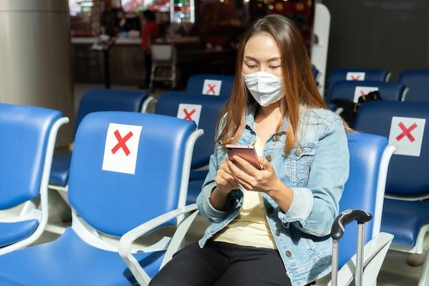 Neuer normaler x-symbol-aufkleber auf einem stuhl, abstand für einen sitz von anderen personen zum schutz vor covid-19, coronavirus, soziales distanzierungskonzept.