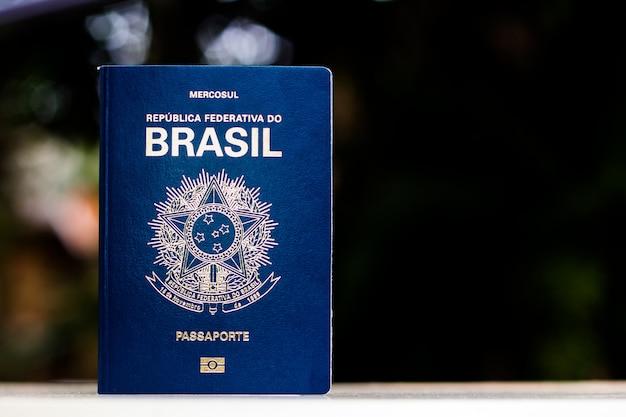 Neuer reisepass der föderativen republik brasilien - mercosur-reisepass auf schwarzem hintergrund - wichtiges dokument für auslandsreisen.
