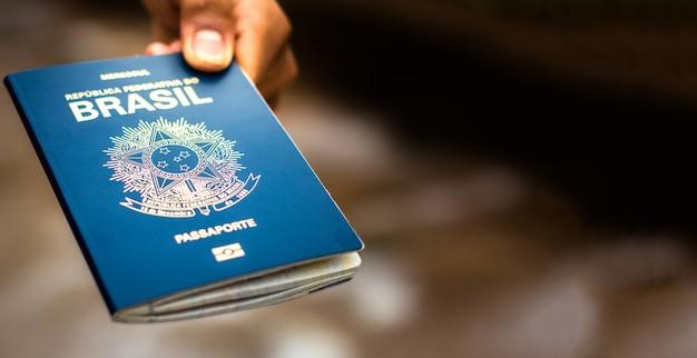 Neuer reisepass der föderativen republik brasilien - mercosur-reisepass auf unscharfem hintergrund - wichtiges dokument für auslandsreisen.