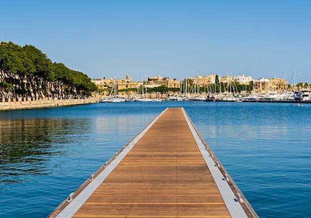Neuer schwimmender pier im golf von pieta in malta