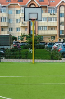 Neuer sportplatz mit bassetolring und künstlicher grünabdeckung in einem neuen sommerwohnkomplex