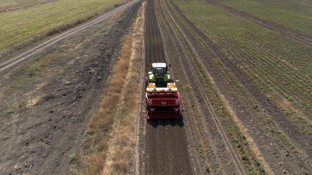 Neuer traktor auf dem feld